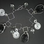 Bracelet-breloque-capsule-noir